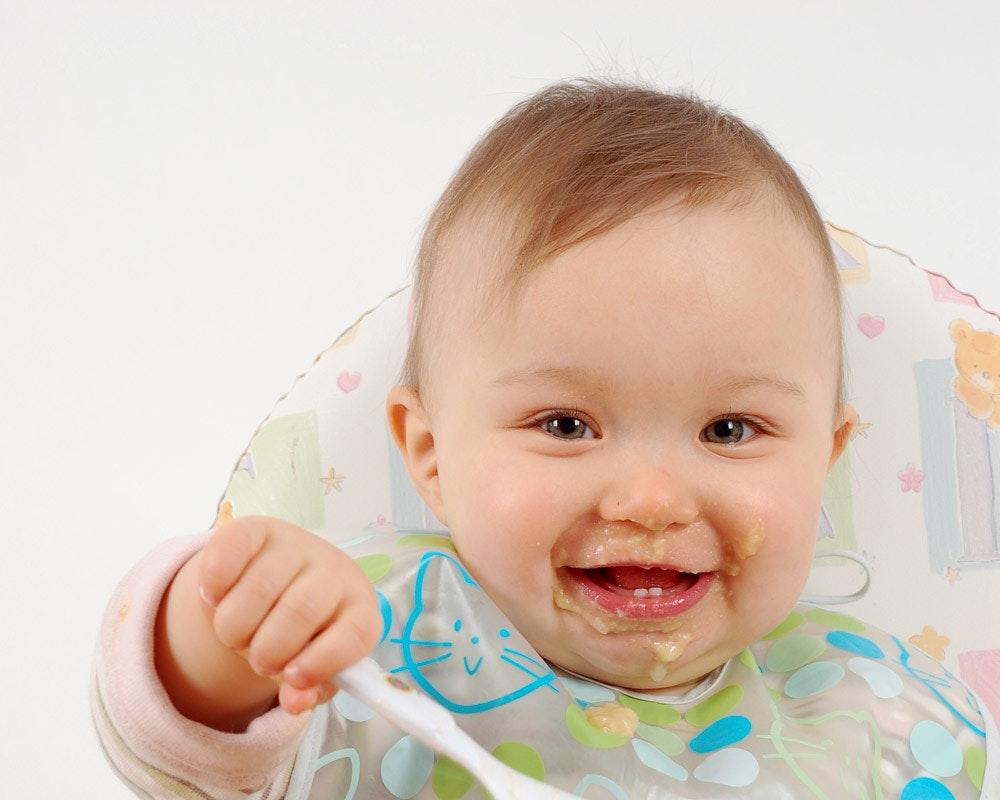 A table : comment Bébé apprend à manger tout seul   ?