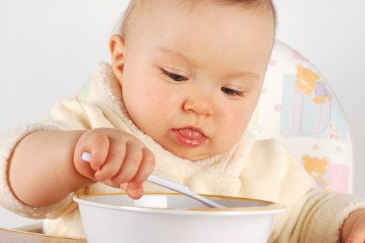 bébé à table : bébé mange seul