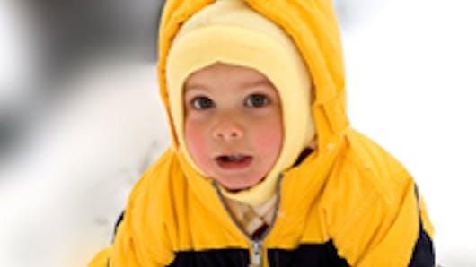 Bébé découvre la neige