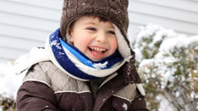 Bébé va aux sports d'hiver