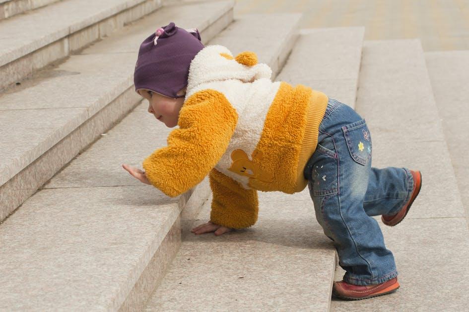 Escalier b b quand monter et descendre les marches for Chaise qui monte les escaliers