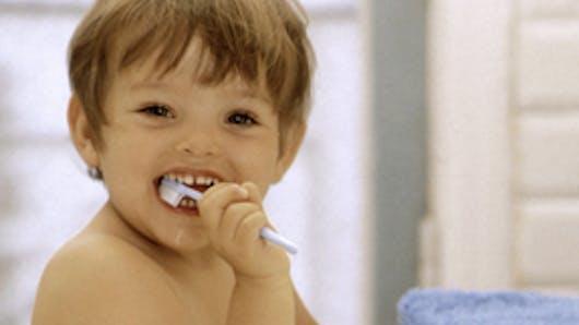 Sa première brosse à dent vers 2 ans