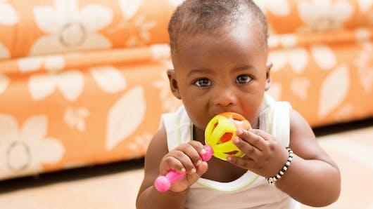 Stade oral : Bébé met tout à la bouche