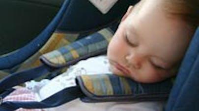 Les bébés mal attachés en auto