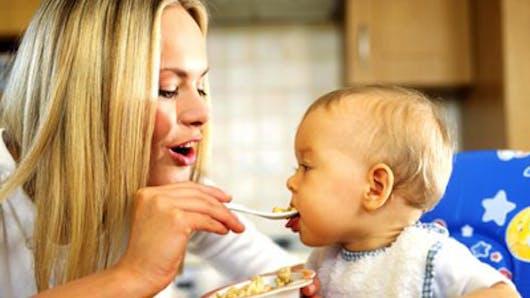 Des céréales dans l'assiette de Bébé