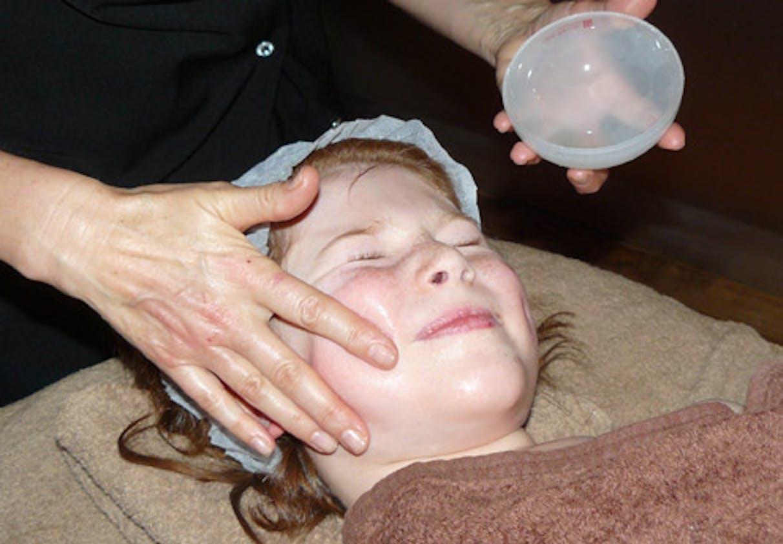 Massage léger à l'huile d'amande douce