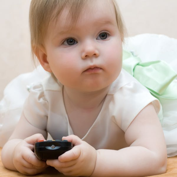 Télé, jeux vidéo chez les tout-petits : elles sont   contre