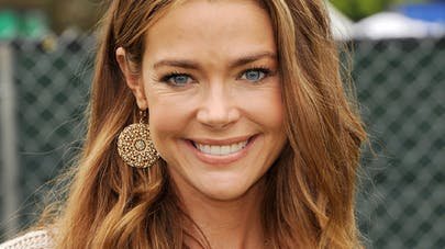 Denise Richards adopte seule