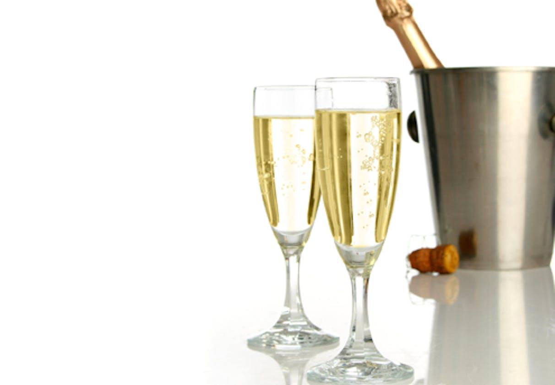 Boire un petit verre d'alcool
