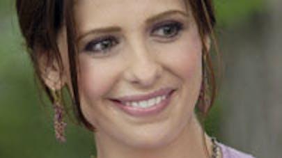 Sarah Michelle Gellar attend un petit garçon