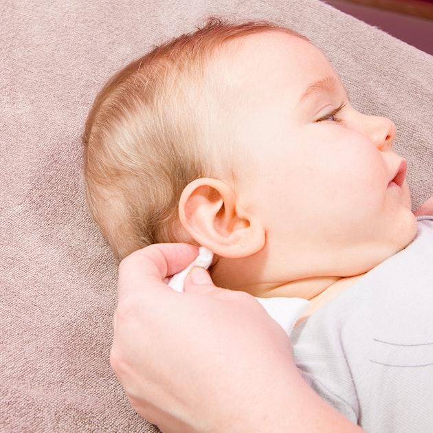 Toilette du visage de b b nettoyer le visage du nourrisson - Nettoyer du cuir avec du lait ...