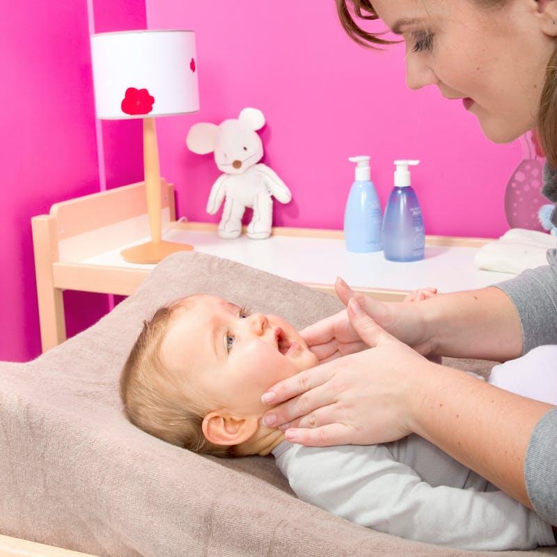 toilette du visage de b b nettoyer le visage du nourrisson. Black Bedroom Furniture Sets. Home Design Ideas