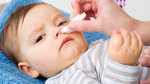Moucher bébé : nettoyer chaque narine