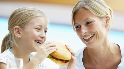 Consommer beaucoup de poulet à l'adolescence protègerait   du cancer du côlon