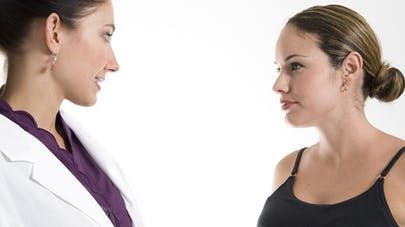 Grossesse : être suivie par une sage-femme diminue les   risques de complications