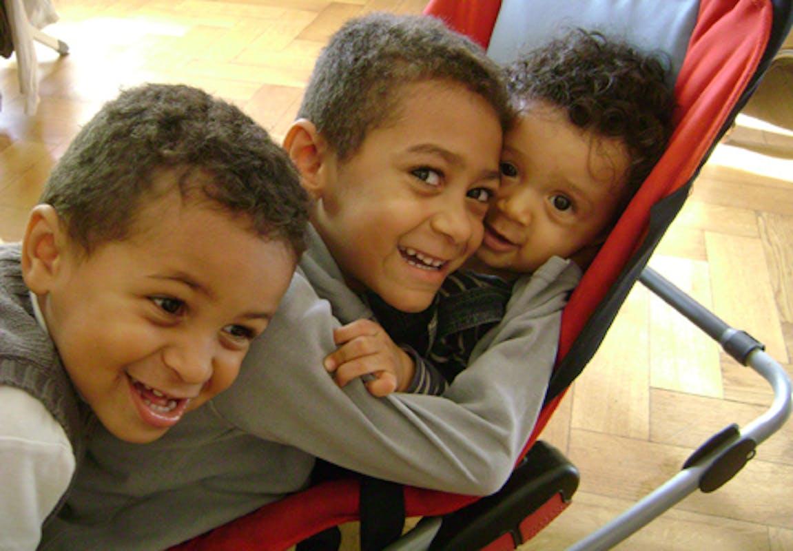 Cédric, 6 ans, Mathis, 3 ans et demi, et Adan, 14       mois
