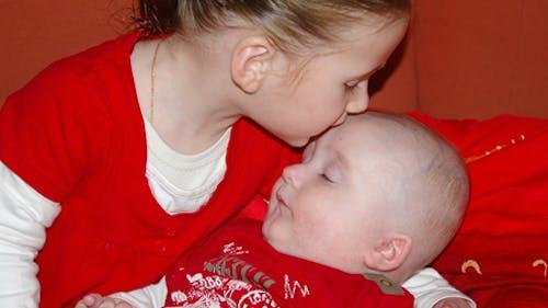 Coralie, 23 mois, et Lucas, 4 mois