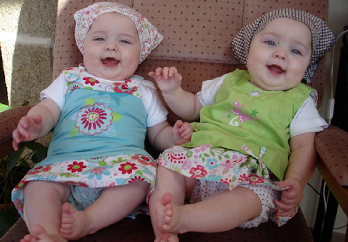 Leïla et Inès, 6 mois