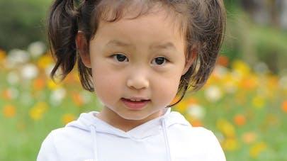 Chine : une fleur pousse dans l'oreille d'un bébé