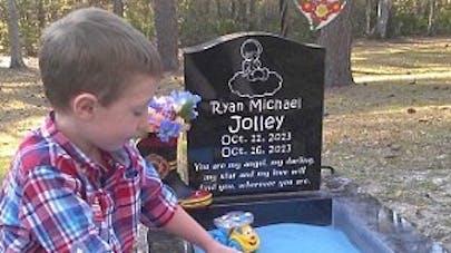 Tucker , 3 ans, obligé de jouer avec son petit frère mort   et enterré !