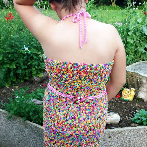 Elastic Girl : une petite fille fabrique une robe en   Rainbow Loom