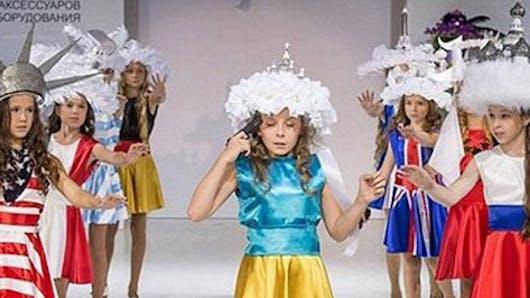 Moscou : un défilé de mode avec des enfants « armés » crée   la polémique