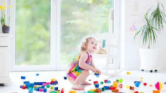 Tâches ménagères : quand faire participer Bébé ?