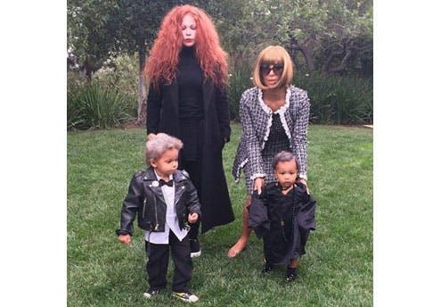 Kim Kardashian en famille, déguisée en Anna         Wintour
