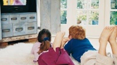 Violence à la télévision : les parents doivent en parler   avec leurs enfants