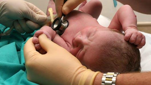 Santé bébé : son premier check-up en 12 points   clés