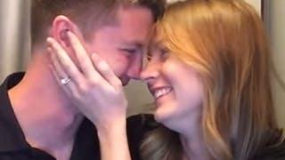 Jessica Devins annonce à son mari qu'elle est enceinte       dans un photomaton