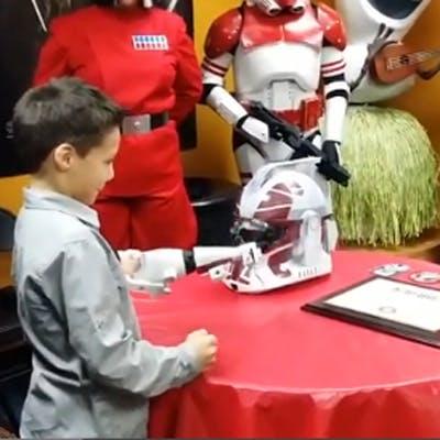 Star Wars : une prothèse de bras imprimée en 3D de   Stormtrooper pour un petit garçon