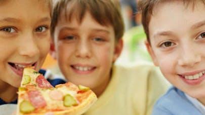 Les pizzas industrielles, trop caloriques pour les   enfants