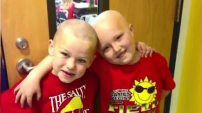 Un garçon de 6 ans se rase les cheveux pour soutenir son   ami atteint d'un cancer