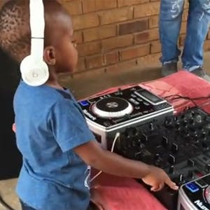 A deux ans, ce petit garçon mixe comme un vrai DJ   !