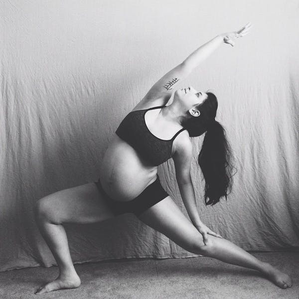 Une future maman continue la pratique du yoga !