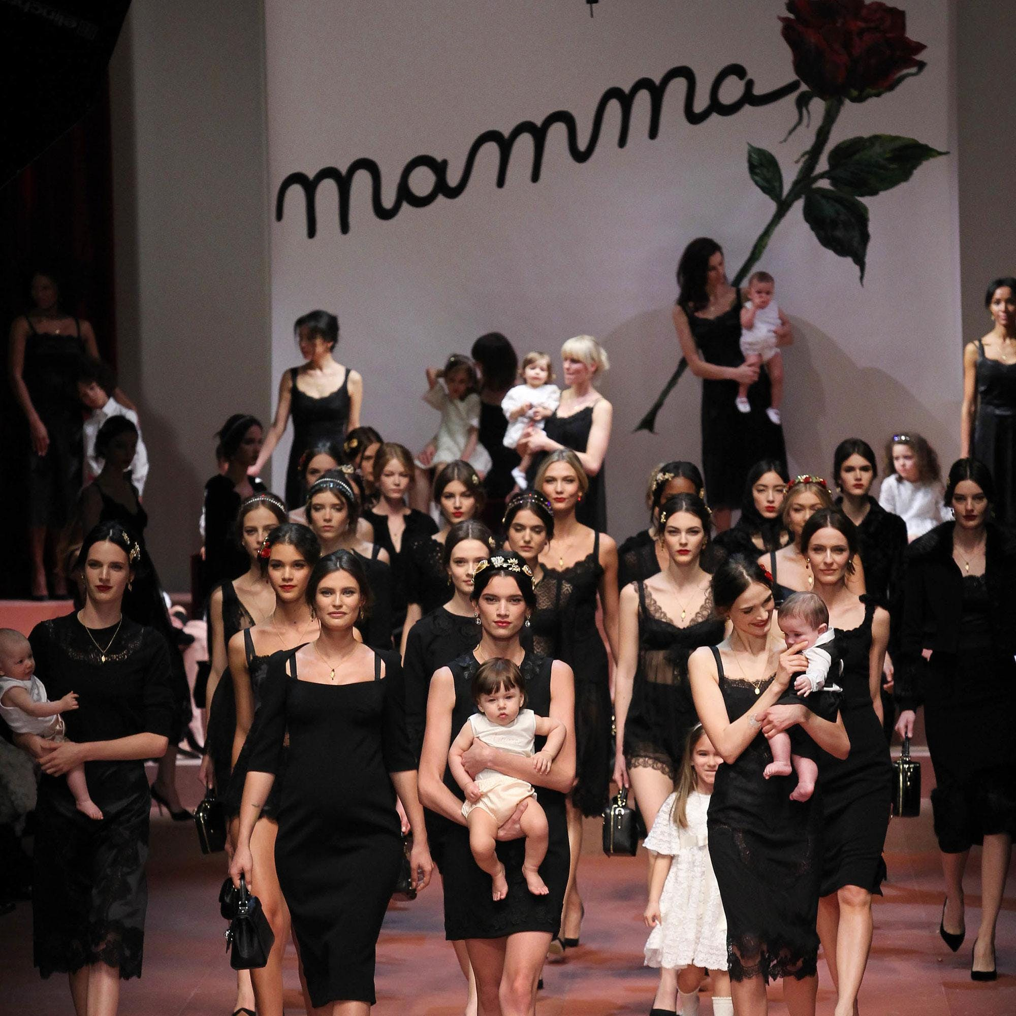 Les bébés défilent avec leur mamma chez Dolce &   Gabbana !