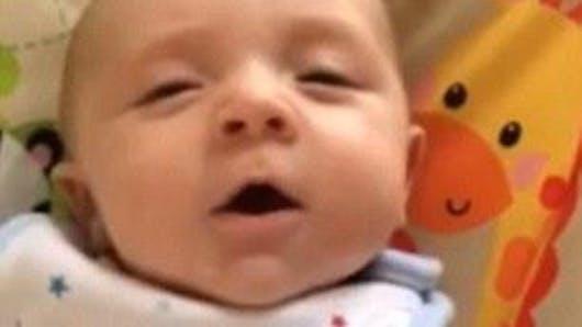 Vidéo : un bébé de 7 semaines dit bonjour à ses   parents