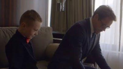 Robert Downey Jr remet un bras bionique à un petit   garçon