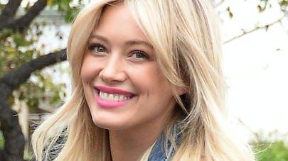 Hilary Duff encourage « maladroitement » les mamans à   accepter leur corps