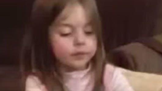 Vidéo : la réaction étonnante d'une petite fille qui va   être grande sœur