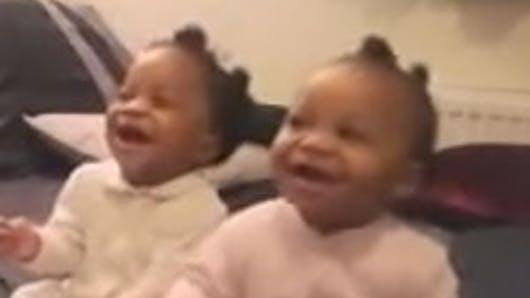 Vidéo : Des jumelles chantent et dansent avec leur   mère