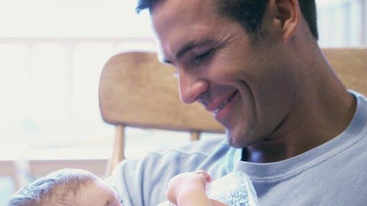 Ce papa arrive à endormir son bébé en moins d'une minute   !