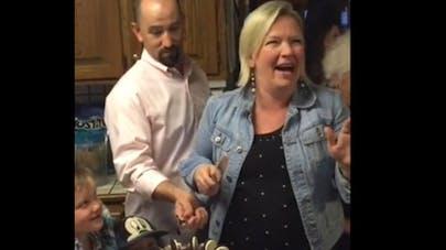 Une maman de 6 garçons découvre le sexe de son 7e enfant   grâce à un gâteau…