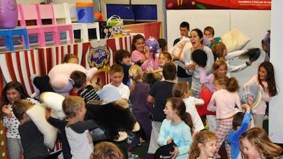Les magasins de jouets Toys' R'Us organisent une pyjama   party pour les enfants !