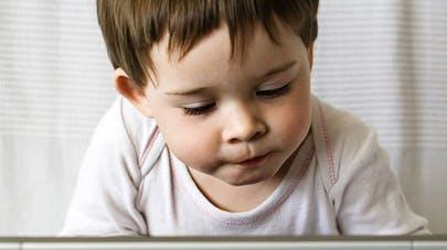 Écrans : un quart des enfants de 2 ans passent au moins 1h  par jour devant