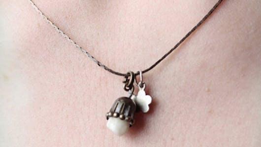 Insolite : elle crée des bijoux avec des dents de   lait