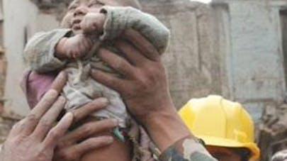 Népal : un bébé de 4 mois sorti des décombres sain et   sauf