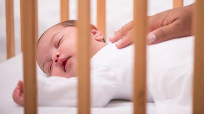 sommeil ces b b s qui font leurs nuits tr s rapidement. Black Bedroom Furniture Sets. Home Design Ideas