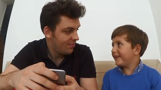Vidéo : il drague sur Tinder grâce aux conseils d'un   garçon de 6 ans